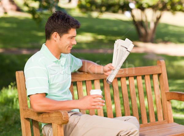 Uomo carta seduta parco caffè estate Foto d'archivio © wavebreak_media