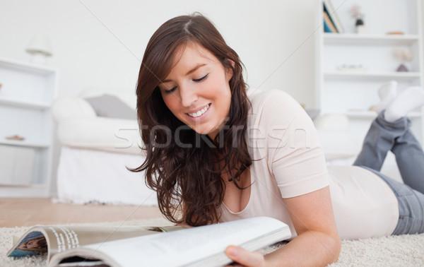 Mulher leitura revista tapete sala de estar Foto stock © wavebreak_media