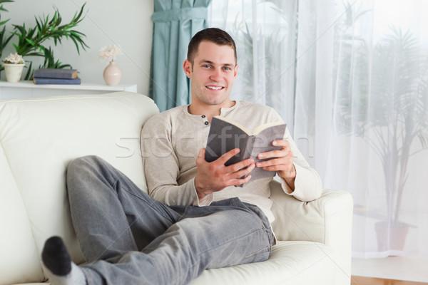 Mosolyog férfi tart könyv néz kamera Stock fotó © wavebreak_media