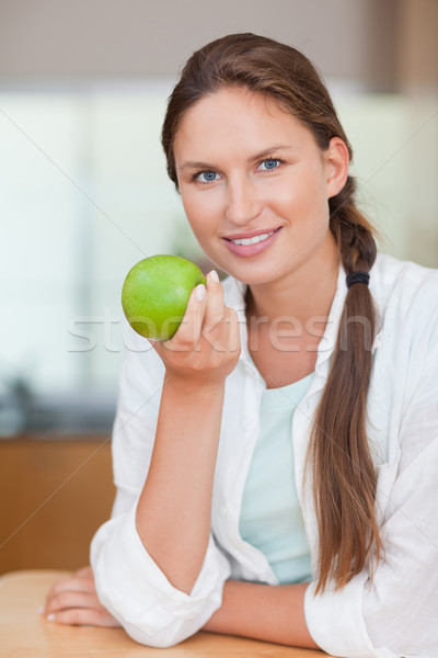 Retrato feliz mulher maçã cozinha casa Foto stock © wavebreak_media