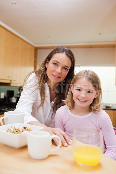 Portré boldog anya lánygyermek reggeli konyha Stock fotó © wavebreak_media