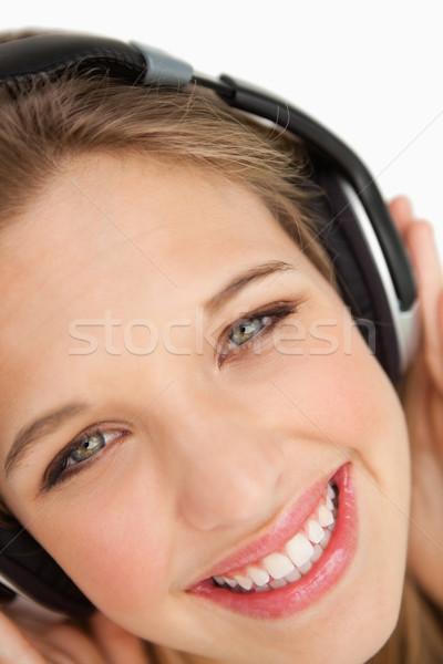 Femme écouter de la musique blanche écouter Photo stock © wavebreak_media