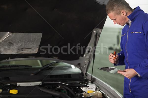 Mechanik patrząc samochodu silnika schowek Zdjęcia stock © wavebreak_media