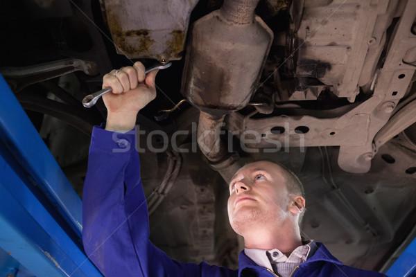 Concentrado mecânico olhando abaixo carro garagem Foto stock © wavebreak_media