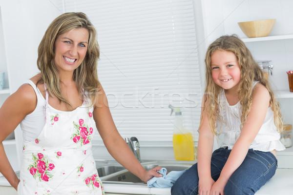 смеясь матери дочь глядя камеры женщину Сток-фото © wavebreak_media