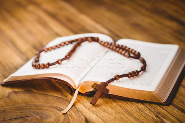 Ouvrir bible chapelet perles table en bois Pâques Photo stock © wavebreak_media
