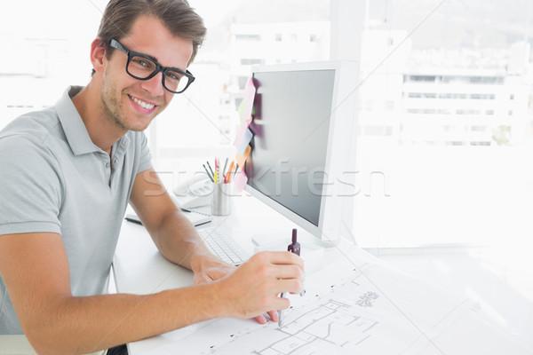 Stock fotó: Oldalnézet · mosolyog · fiatalember · iránytű · terv · kezek