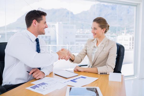 Collega's handen schudden zakelijke bijeenkomst jonge man vrouw Stockfoto © wavebreak_media