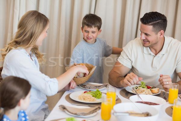 Familie mananca prânz masa fericit de familie casă Imagine de stoc © wavebreak_media
