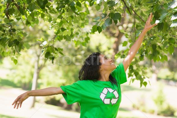 Kadın yeşil geri dönüşüm tshirt dokunmak yaprakları Stok fotoğraf © wavebreak_media