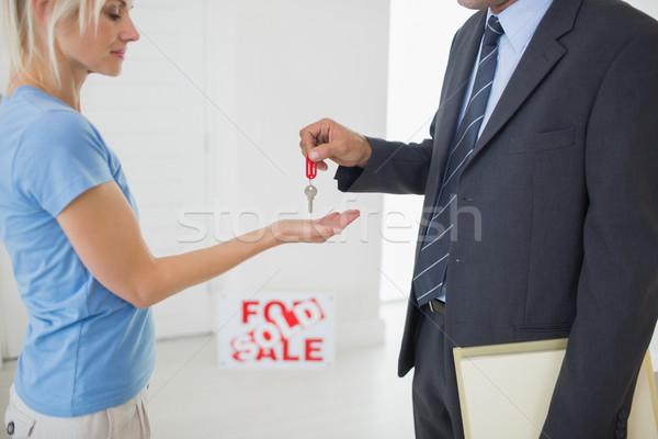 Ingatlanügynök ház kulcs nő oldalnézet középső rész Stock fotó © wavebreak_media