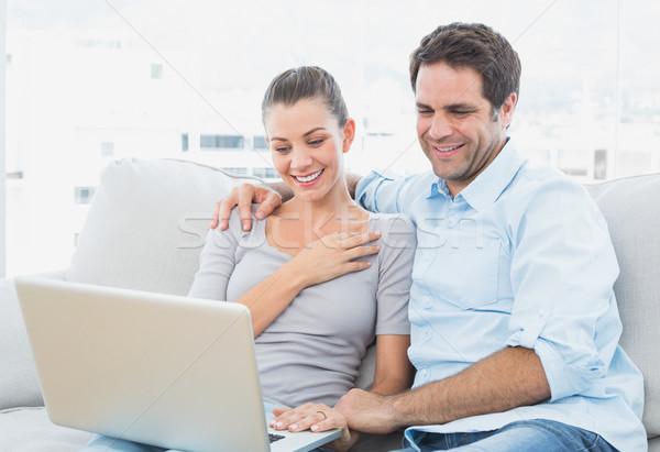 Stok fotoğraf: Sevimli · çift · oturma · kanepe · dizüstü · bilgisayar · kullanıyorsanız · birlikte