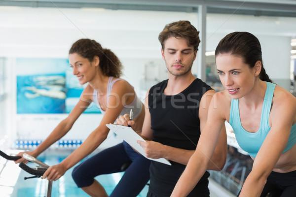 Fitt nők pörgés osztály edző jegyzetel Stock fotó © wavebreak_media