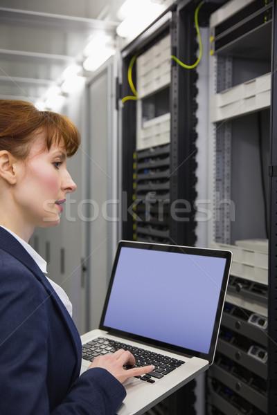Bastante técnico usando laptop trabalhando servidores grande Foto stock © wavebreak_media