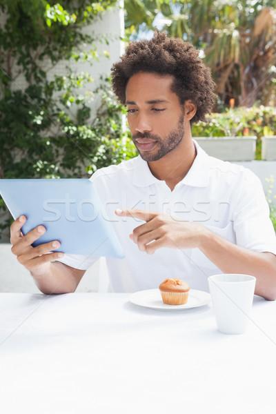 Nadenkend man koffie tablet buiten coffeeshop Stockfoto © wavebreak_media