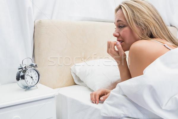 блондинка глядя будильник кровать домой Сток-фото © wavebreak_media