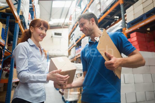 Mensajero paquete almacén gerente mujer hombre Foto stock © wavebreak_media