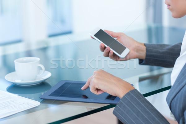 деловая женщина смартфон таблетка служба женщину телефон Сток-фото © wavebreak_media