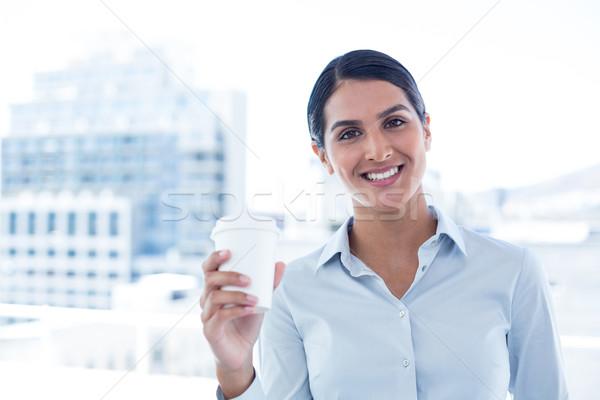 Uśmiechnięty kobieta interesu jednorazowy kubek biuro Zdjęcia stock © wavebreak_media