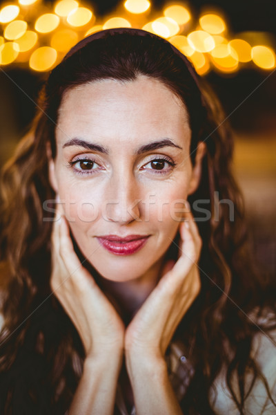 Bastante morena manos barbilla mirando Foto stock © wavebreak_media