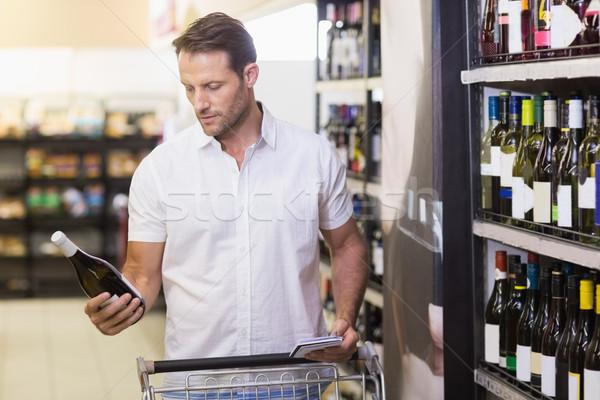 Knap naar wijnfles handen supermarkt business Stockfoto © wavebreak_media