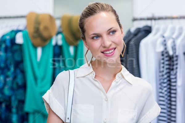 Mujer sonriente ropa tienda compras pensando Foto stock © wavebreak_media