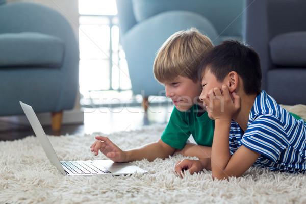Testvérek szőnyeg laptopot használ nappali otthon számítógép Stock fotó © wavebreak_media