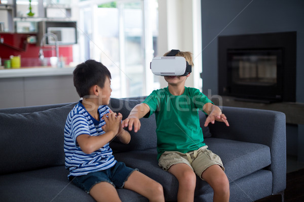 Băiat uita frate virtual realitate setul cu cască Imagine de stoc © wavebreak_media