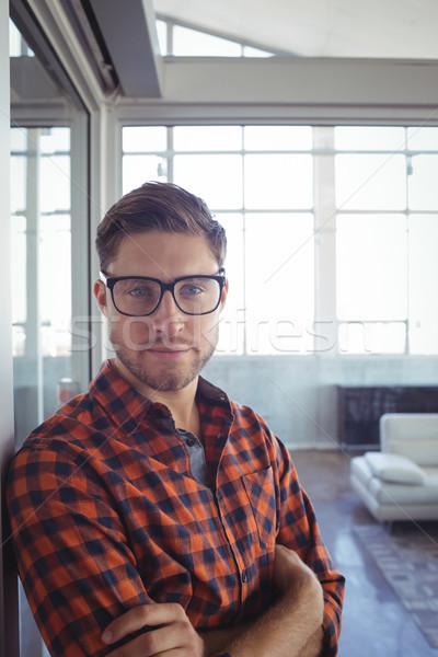 Komoly üzletember keresztbe tett kar áll iroda portré Stock fotó © wavebreak_media