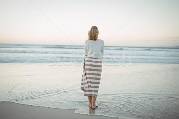 背面図 女性 立って ビーチ 夕暮れ 海岸 ストックフォト © wavebreak_media