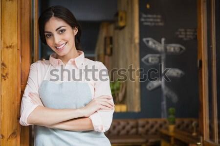 Portré pincérnő tart digitális tabletta pult Stock fotó © wavebreak_media