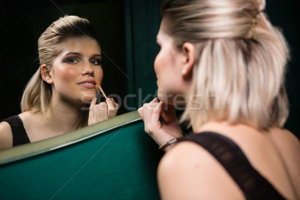 Donna labbra gloss guardando specchio Foto d'archivio © wavebreak_media