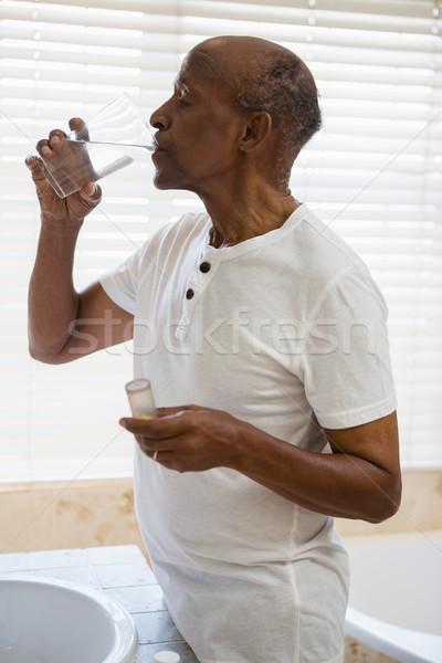 Idős férfi elvesz gyógyszer ablak fürdőszoba Stock fotó © wavebreak_media