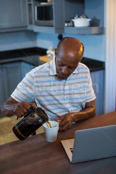 Magasról fotózva kilátás férfi áramló kávé ül Stock fotó © wavebreak_media