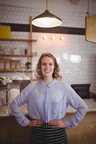 Portret uśmiechnięty młodych kelnerka stałego ręce Zdjęcia stock © wavebreak_media