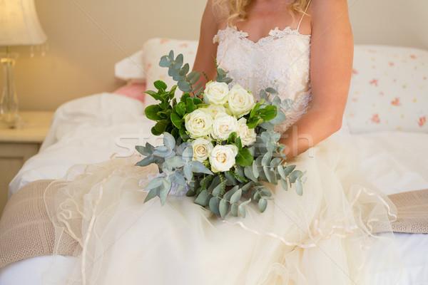 Sposa abito da sposa bouquet seduta letto Foto d'archivio © wavebreak_media