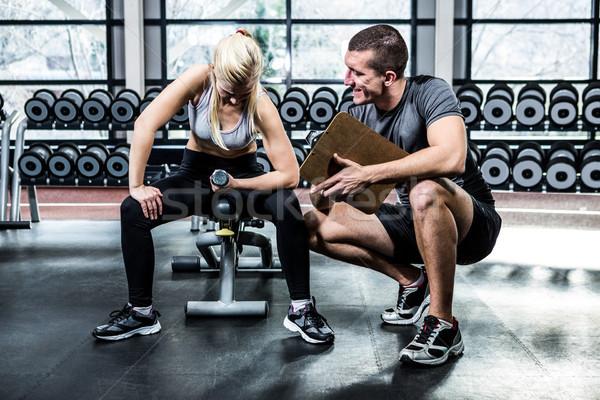 Fitt nő súlyzók testmozgás edző tornaterem Stock fotó © wavebreak_media