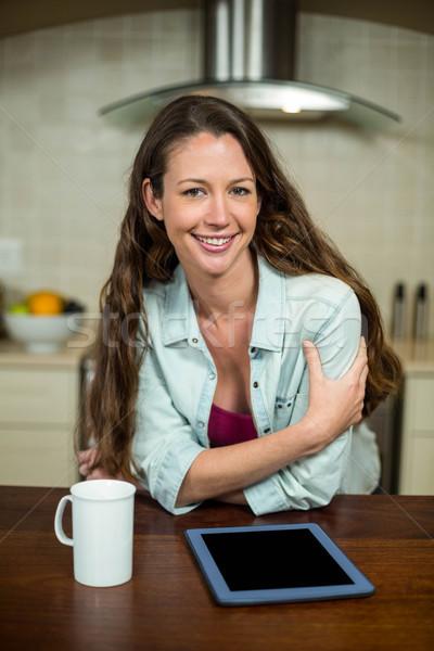 Küche Kaffeebecher digitalen Tablet lächelnd Stock foto © wavebreak_media