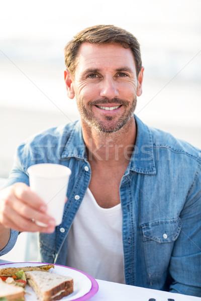 Glimlachend man picknick strand voedsel gelukkig Stockfoto © wavebreak_media