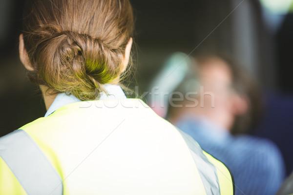 Vue arrière ambulance femme regarder blessés homme Photo stock © wavebreak_media