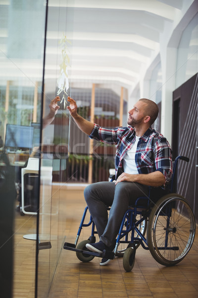 Handicap zakenman zelfklevend merkt glas venster Stockfoto © wavebreak_media
