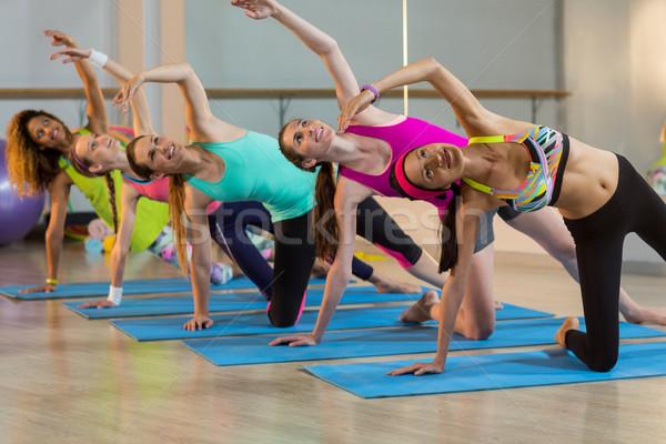 Csoport nők előad nyújtás testmozgás tornaterem Stock fotó © wavebreak_media