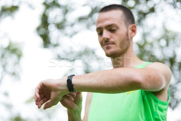 Férfi idő karóra park fitnessz testmozgás Stock fotó © wavebreak_media