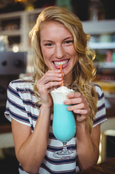 Retrato mulher potável palha café feliz Foto stock © wavebreak_media