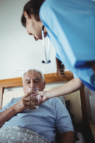 Pielęgniarki szkła wody starszy człowiek domu Zdjęcia stock © wavebreak_media