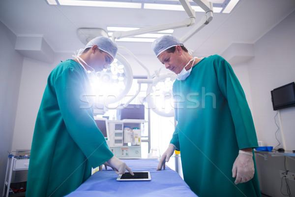 Cirurgiões digital comprimido operação teatro hospital Foto stock © wavebreak_media