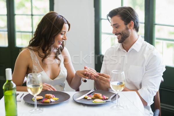 Homem anel dedo restaurante mulher sorrir Foto stock © wavebreak_media