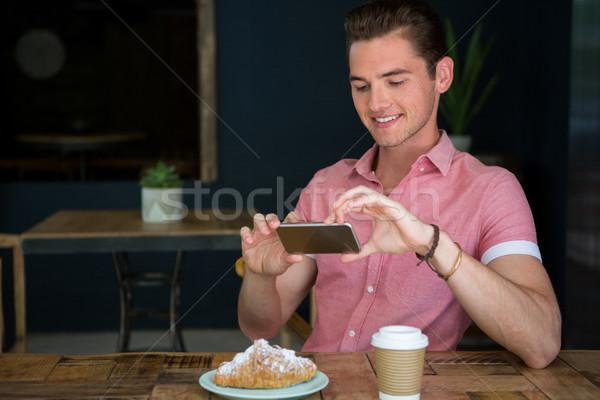 Férfi fényképezés étel asztal kávéház telefon Stock fotó © wavebreak_media