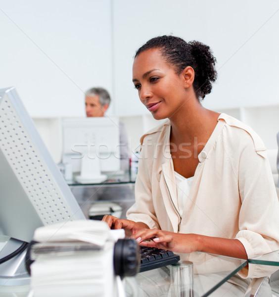 концентрированный деловая женщина рабочих компьютер служба ноутбука Сток-фото © wavebreak_media