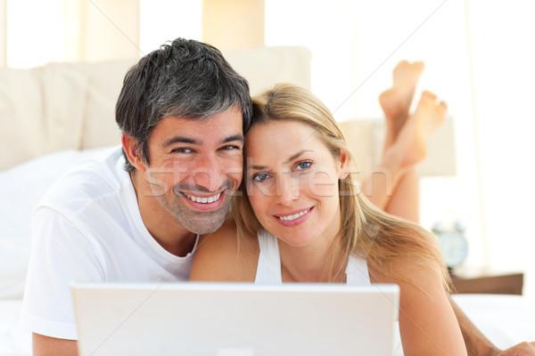 влюбленный пару используя ноутбук кровать домой любви Сток-фото © wavebreak_media